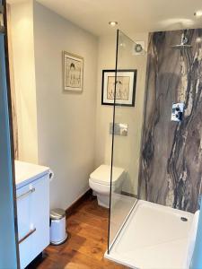 A bathroom at The Inn at Cheltenham Parade