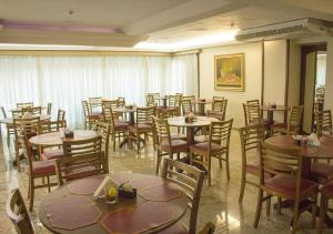 A restaurant or other place to eat at Hotel Dan Inn Express Porto Alegre
