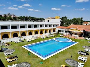 Vue sur la piscine de l'établissement Hotel Dom Fernando ou sur une piscine à proximité