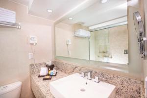 Un baño de Crown Paradise Club Cancun - All Inclusive