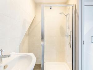 A bathroom at Holiday Home in Watford near Warner Bros Harry Potter Studio