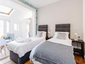 A bed or beds in a room at Holiday Home in Watford near Warner Bros Harry Potter Studio