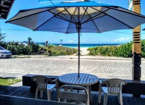 Um restaurante ou outro lugar para comer em Pousada On Shore