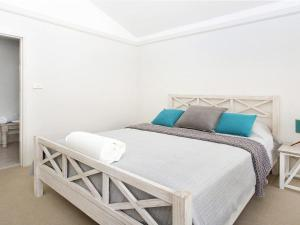 A bed or beds in a room at Hidden Gem On Manning - Great location opposite Surf Beach