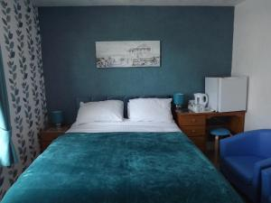 A bed or beds in a room at The Chequers