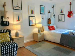 A bed or beds in a room at Superhost's Amazing Flat