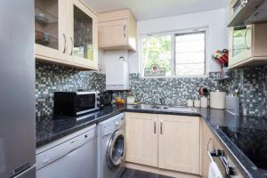 A kitchen or kitchenette at Superhost's Amazing Flat
