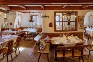 Ein Restaurant oder anderes Speiselokal in der Unterkunft Romantik Hotel Zum Klosterbräu