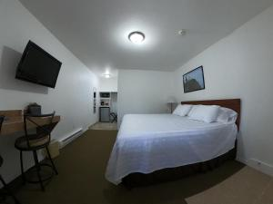 A bed or beds in a room at Col-Pacific Motel