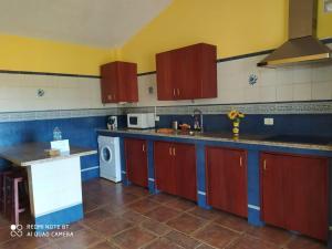Una cocina o zona de cocina en Casa Rural El Pajar