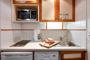 A kitchen or kitchenette at Résidence Pierre & Vacances Le Gypaète