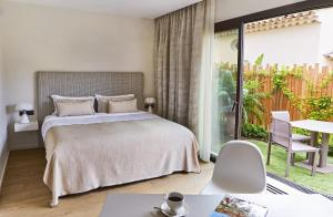 A bed or beds in a room at Hotel Villa Cosy