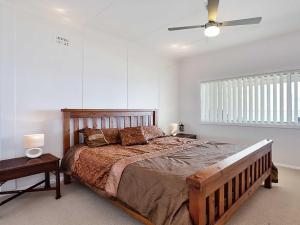 A bed or beds in a room at Beached Inn' 93 Foreshore Drive - Spacious beach front house