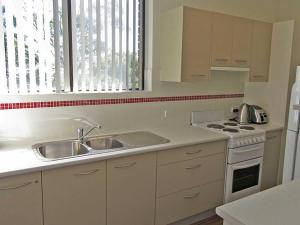 A kitchen or kitchenette at 4 'Bellevue' 4 Donald Street - air conditioned apartment in the heart of Nelson Bay