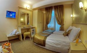 A bed or beds in a room at Hotel Iva & Elena