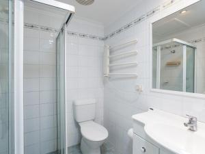 A bathroom at Happy Tails' , 55 Pantowora Street - pet friendly, air conditioned
