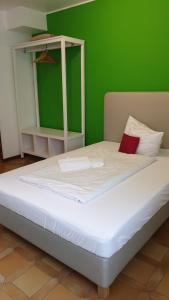 A bed or beds in a room at Schollers Restaurant & Hotel