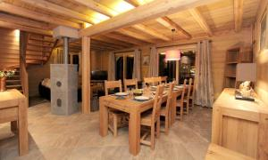 A restaurant or other place to eat at Chalet Faverot 1