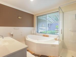A bathroom at Serenity', 7 Mulloway Place - Peaceful house with air con Netflix & WIFI