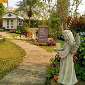 Ein Garten an der Unterkunft Baan JaoKorKluay