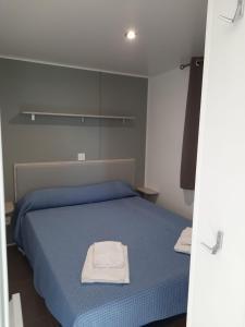 Een bed of bedden in een kamer bij Camping 1ª O Muiño - Bungalow Park