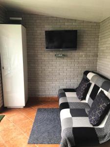 Telewizja i/lub zestaw kina domowego w obiekcie Domek letniskowy nad jeziorem Gołdap