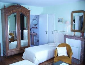 A bed or beds in a room at Ferme de Dauval
