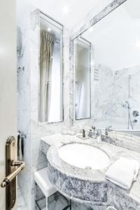 A bathroom at Eiffel Trocadéro