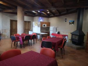 A restaurant or other place to eat at Aula Naturaleza Cazorla