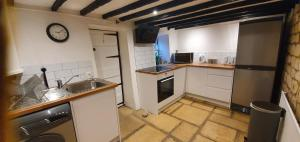 A kitchen or kitchenette at Quirky Cottage - Dogs Welcome - Free 24 hr Cancellation's