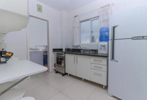 A kitchen or kitchenette at LINDO APTO LAT . PRÉDIO FRENTE MAR