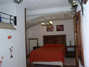 A bed or beds in a room at La Cueva de Juan Pedro