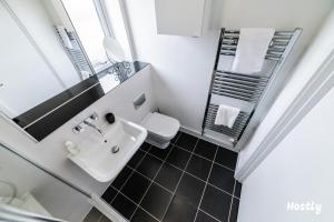 A bathroom at Puffin Way - Comfortable, spacious house with parking