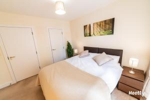 A bed or beds in a room at Puffin Way - Comfortable, spacious house with parking