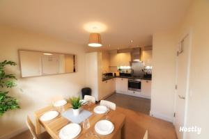 A kitchen or kitchenette at Puffin Way - Comfortable, spacious house with parking