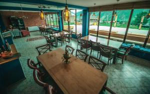 A restaurant or other place to eat at Chemodann Kazbegi
