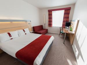 A bed or beds in a room at Holiday Inn Express Ramsgate – Minster