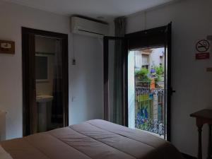 A bed or beds in a room at Hostal Radio Barcelona