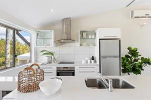 A kitchen or kitchenette at 1/106 Noosa Parade