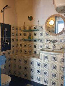 A bathroom at Casa Gianni Alicudi