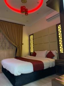 سرير أو أسرّة في غرفة في Merfa'a Leen Resort شاليهات