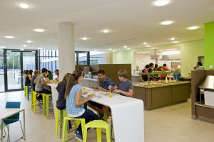 A restaurant or other place to eat at Jugendherberge Duisburg Sportpark