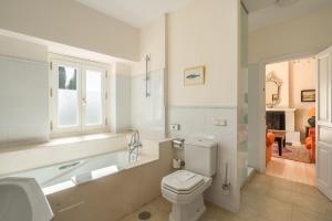 A bathroom at Hotel La Fuente de la Higuera