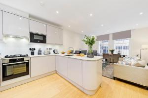 A kitchen or kitchenette at Fitzrovia by CAPITAL