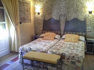 A bed or beds in a room at Hosteria Solar de Tejada
