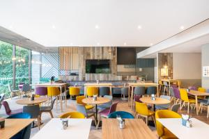 A restaurant or other place to eat at Holiday Inn Bournemouth, an IHG Hotel