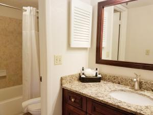 A bathroom at Parc Corniche Condominium Suites