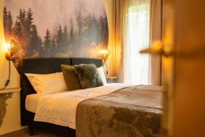 Een bed of bedden in een kamer bij Hotel am Bach