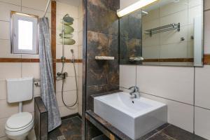 A bathroom at Apartments Villa Anna