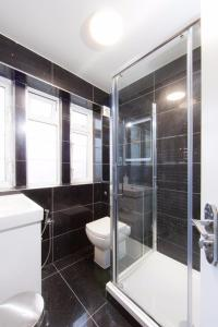 A bathroom at Bright luxury 2 bedroom apartment in London